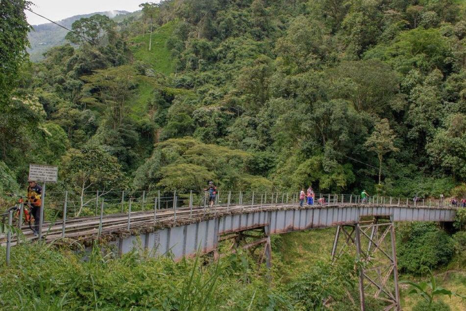 Von dieser Brücke im kolumbischen Medellín sprang Yecenia Morales (†25).