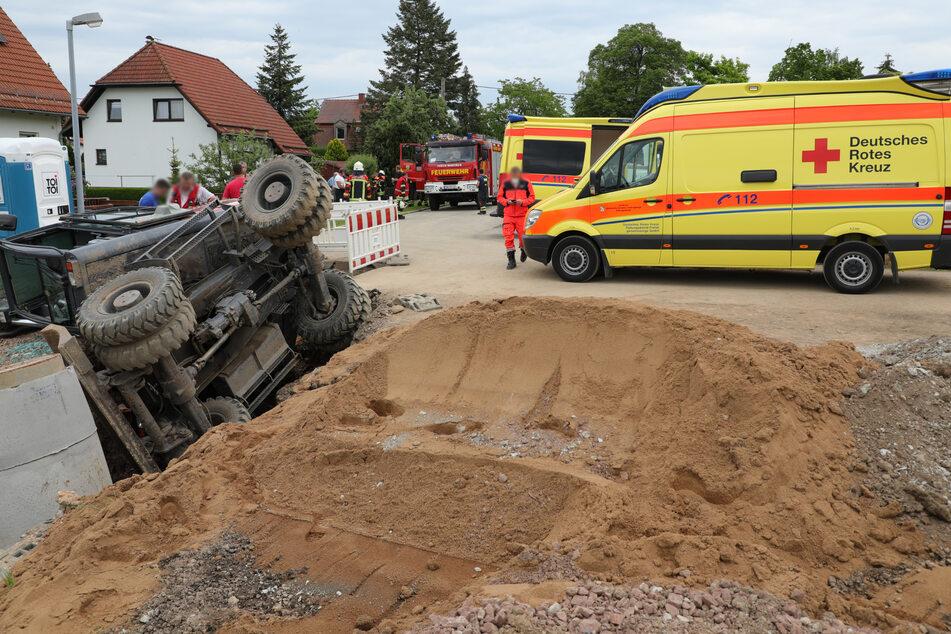 Drama auf der Baustelle: Der Bagger stürzte auf einen Mann, der in der Grube stand!