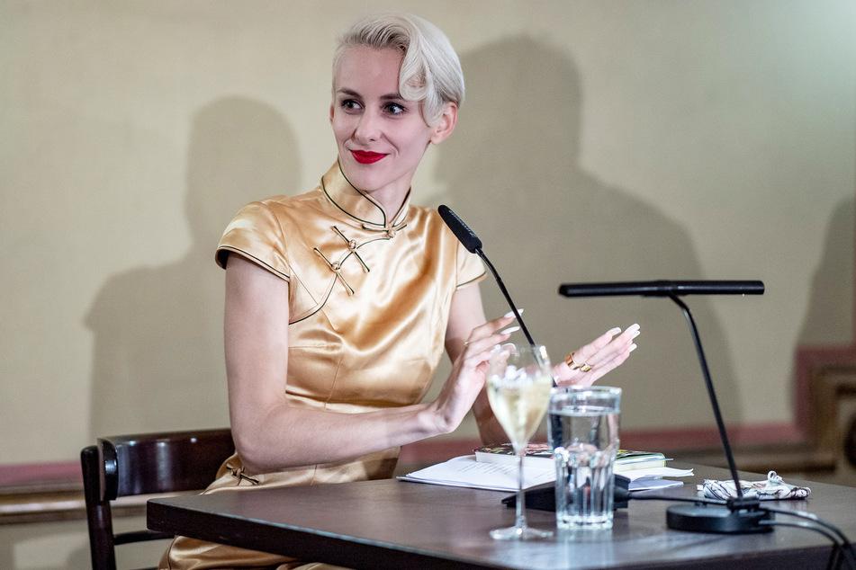 Die Kabarettistin Lisa Eckhart (28) wartet im Literaturhaus auf ihren Auftritt.