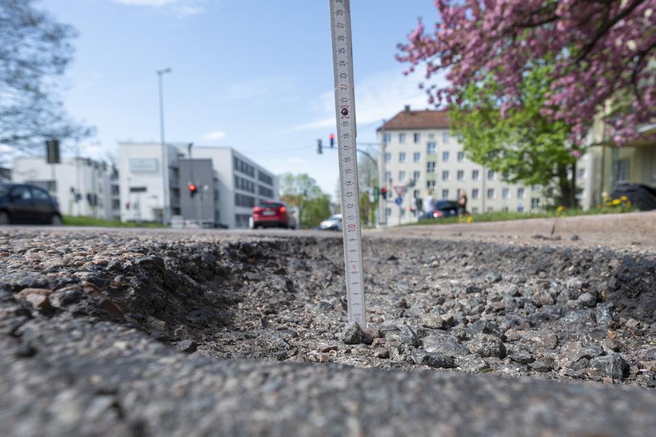 Gut fünf Zentimeter tief: ein Schlagloch auf der Lutherstraße.