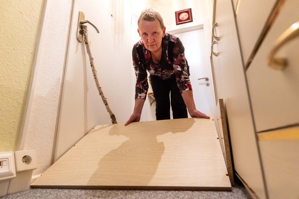 Anwohnerin Sonja Scheps (69) verbarrikadiert aus Angst ihre Wohnung.