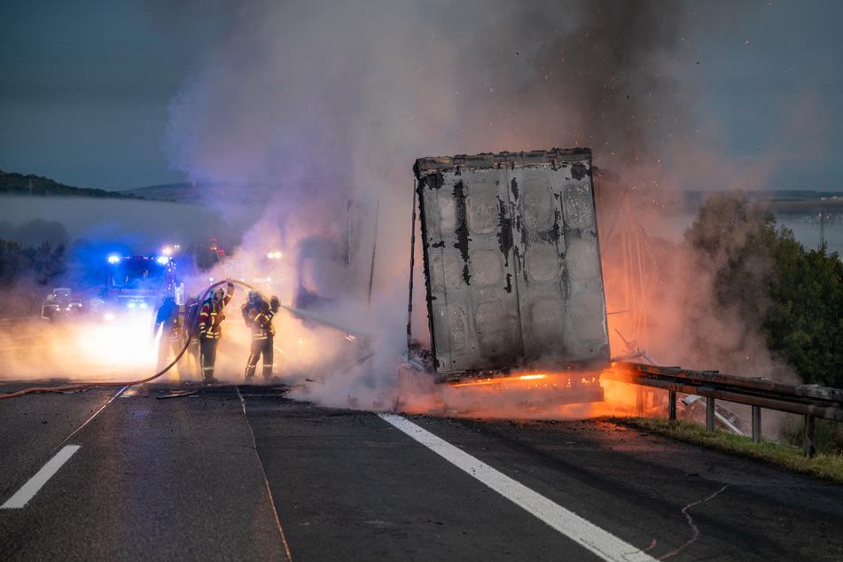 Die Feuerwehr versucht den brennenden Lkw zu löschen.