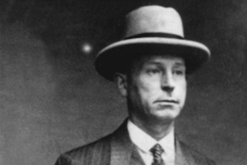 Polizeifoto des Düsseldorfer Massenmörders Peter Kürten. Am 22. April 1931 wurde er wegen Mordes in neun Fällen und weiteren Delikten vom Düsseldorfer Schwurgericht zum Tode verurteilt.