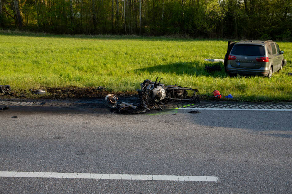 Das ausgebrannte Motorrad liegt an der Unfallstelle.