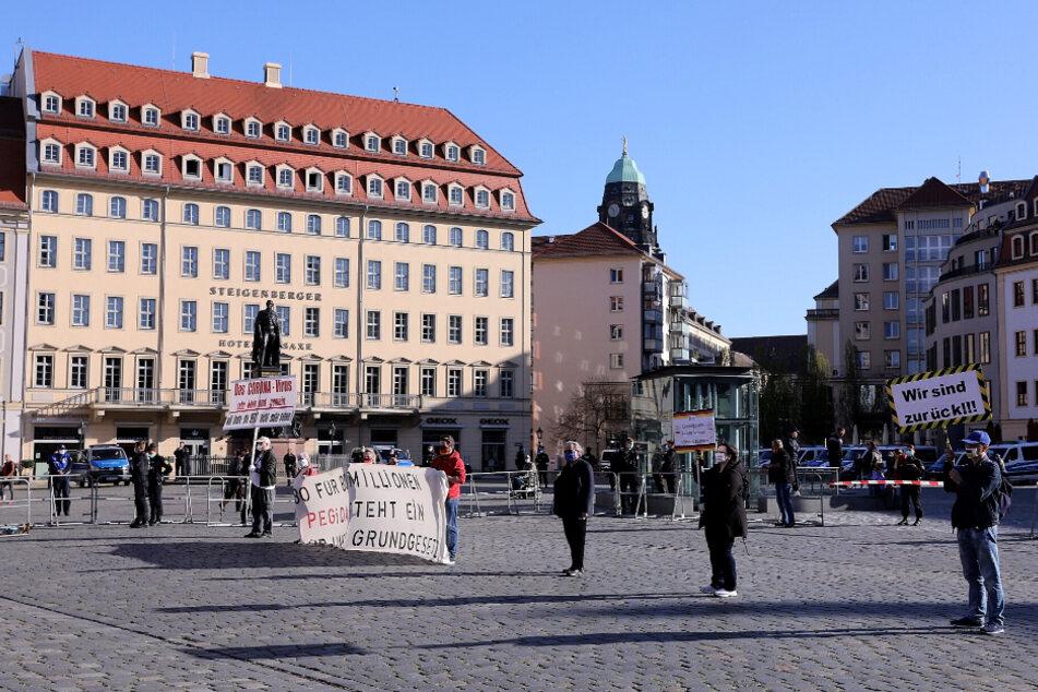 Mit Schildern und Transparenten protestieren die Pegida-Teilnehmer auf dem Neumarkt.