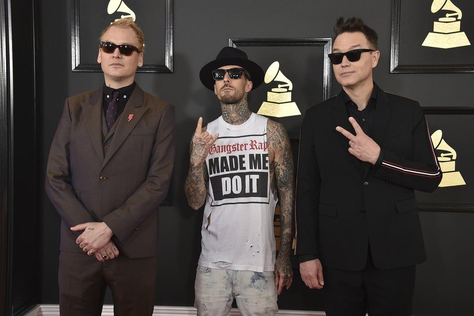 Die aktuelle Besetzung von Blink 182 (v.l.n.r.): Matt Skiba (45), Travis Barker (45) und Mark Hoppus. Auch Drummer Travis Barker hat bereits erklärt, dass er bald wieder mit seinem Bassisten Musik machen will.