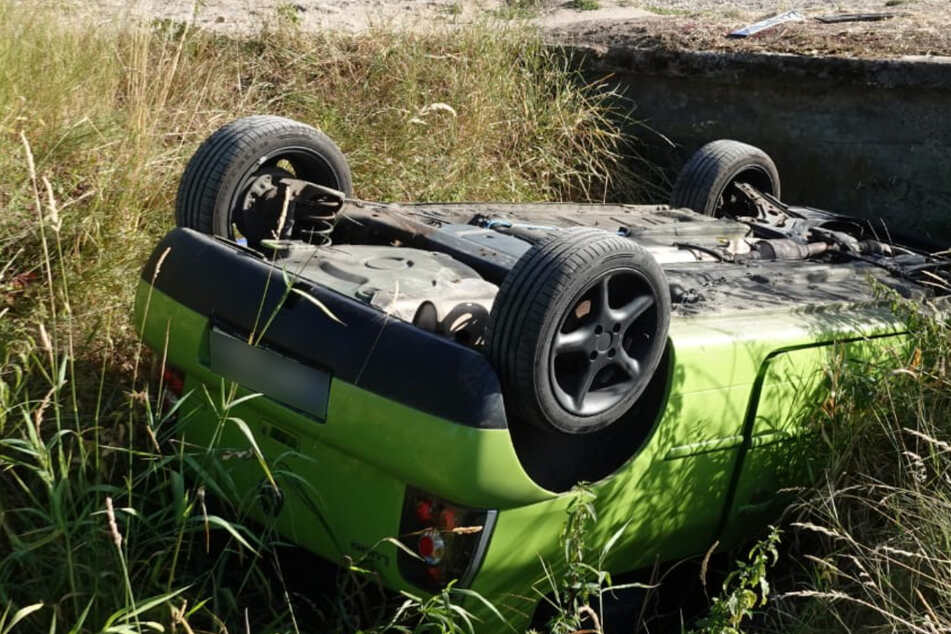 Kurioser Unfall: Auto will Schranke umfahren und landet im Graben