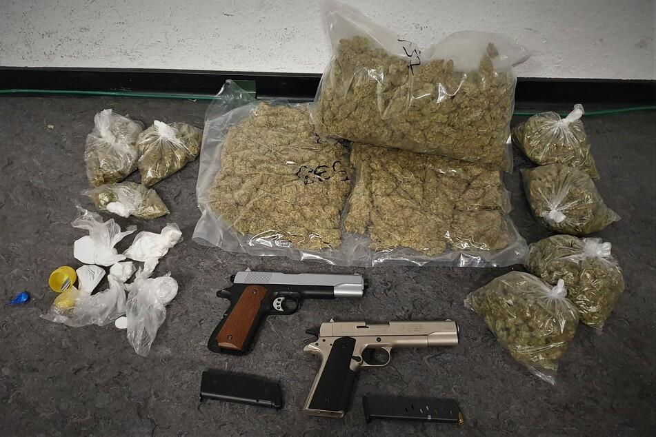 Die Drogen und Waffen wurden beschlagnahmt.