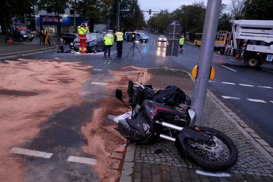 Auch das Motorrad wurde durch den Unfall in Mitleidenschaft gezogen.