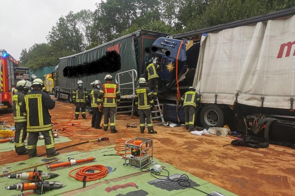 Ein Abschleppunternehmen musste die beiden Lastwagen mithilfe zweier Seilwinden auseinanderziehen.