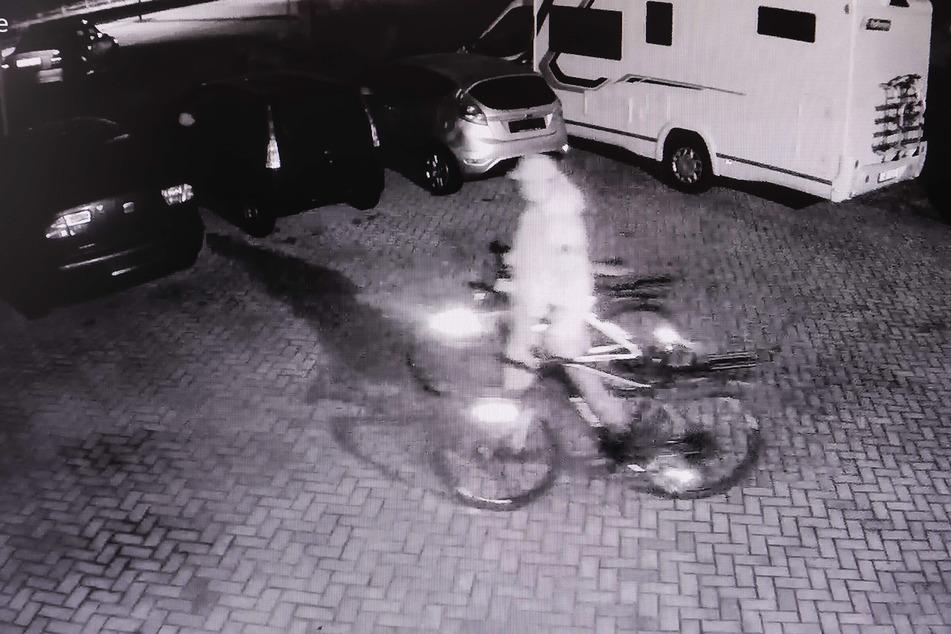 Hier schiebt der Täter die Räder über den Werkstatthof zum Fluchtfahrzeug, wie die Überwachungskamera zeigt.