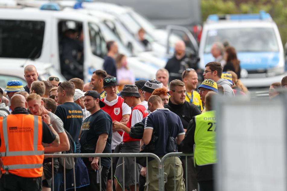 Fans des 1. FC Lok vorm Stadion. Ihre Unterstützung half leider nicht.