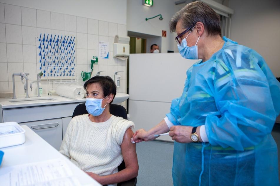 Diana Schweickert (l.) erhielt am 29. Dezember als erste Mitarbeiterin des UKL die Impfung von Dr. Melanie Weiss, Leiterin des Zentralen Bereichs Arbeitsmedizin und Arbeitssicherheit am UKL.