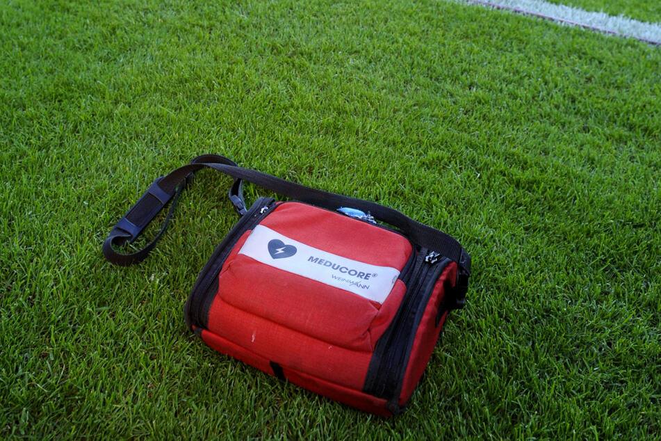 Auch bei Dynamo immer griff- und einsatzbereit: ein Defibrillator.