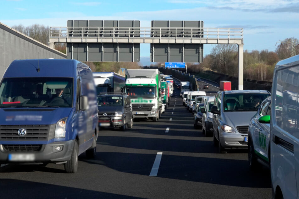 Chemnitz: Chemnitz: Unfälle auf A72 sorgen für Sperrung