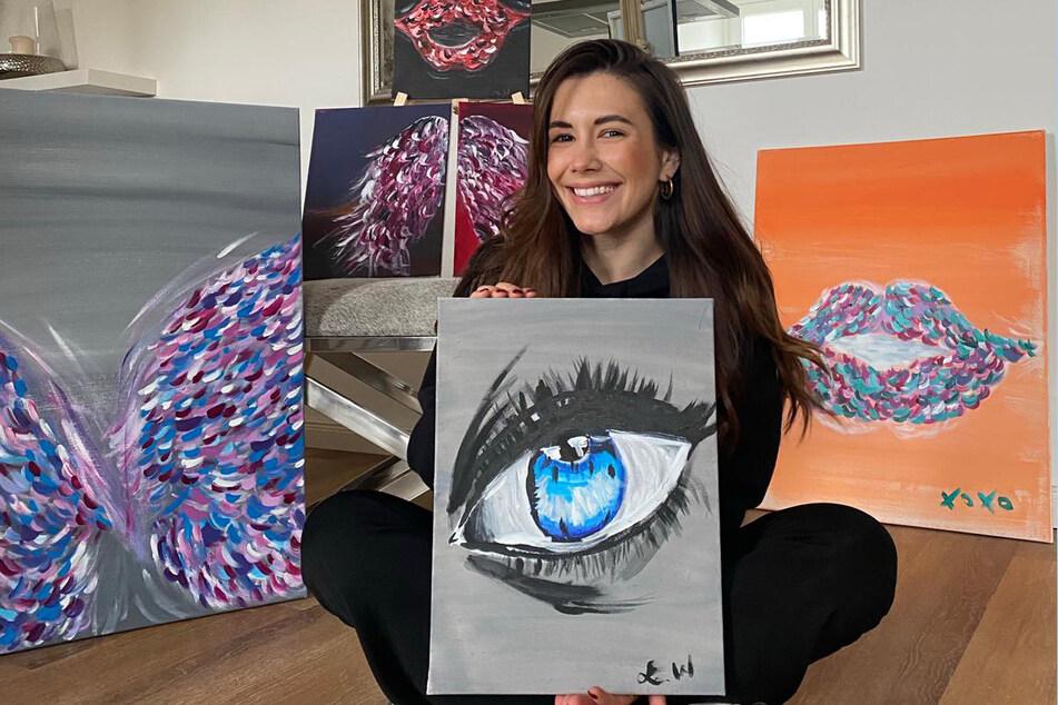 Laura hat zwischen mehrere Kunstwerke geschaffen.
