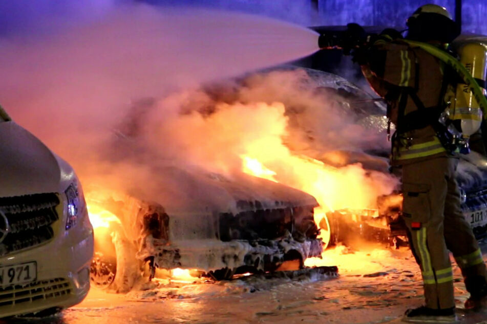 Mehrere Autos in Flammen: Erneute Brandnacht in Neukölln