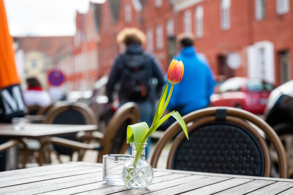 Laut der noch gültigen Corona-Schutzverordnung muss zwischen Gästen, die drinnen an verschiedenen Tischen sitzen, ein Abstand von mindestens zwei Metern sein. (Symbolfoto)
