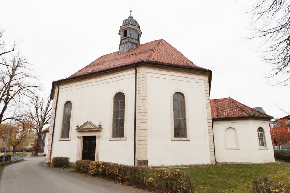 Blick auf die katholische Kirche St. Leopold. In einer neuen Allgemeinverfügung wurden jetzt auch Gottesdienste im Landkreis Hildburghausen verboten.
