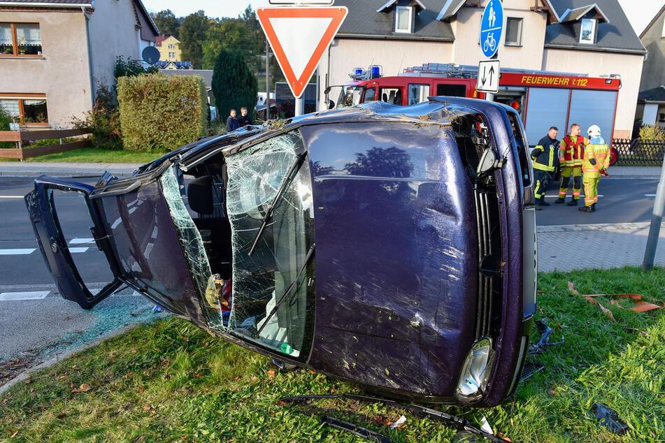 Der VW blieb auf der Seite liegen. Feuerwehrleute mussten die schwer verletzte Frau aus dem Auto befreien.