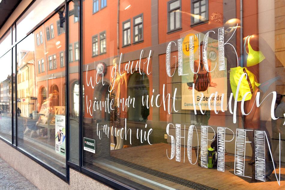 Wegen starker sinkenden Infektionszahlen stehen in einigen Thüringer Regionen weitreichende Lockerungen an. Neben Schul- und Kita-Öffnungen könnte auch bald der Einzelhandel für seine Kunden wieder da sein. (Archivbild)