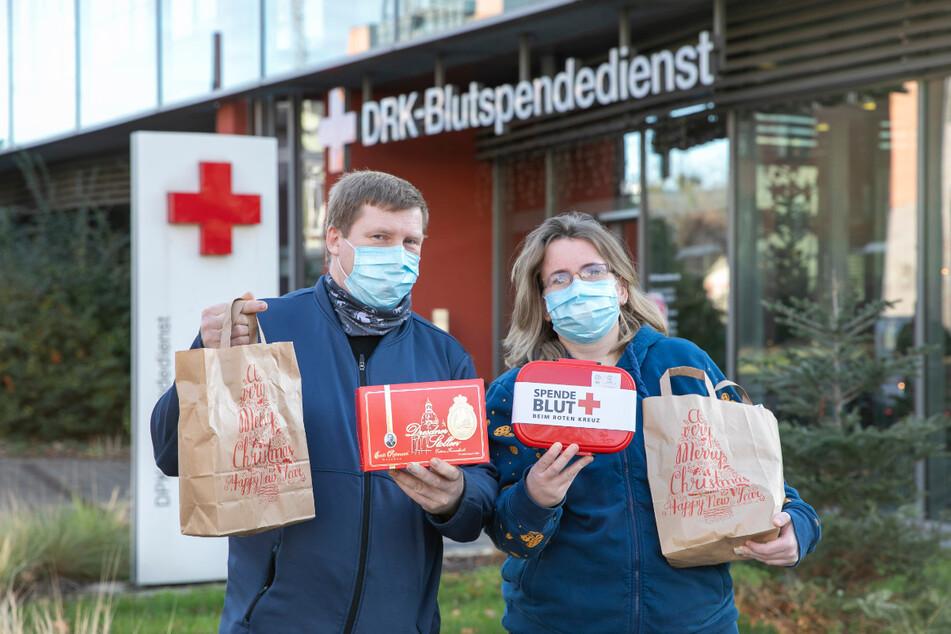 Sind seit fast 20 Jahren eifrige Blutspender - sogar an Feiertagen: Janet (38) und Thomas Kleine (44) spendeten am Samstag mit Mundschutz Blut und freuten sich über kleine Geschenke.