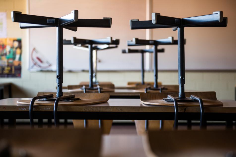Stühle stehen in einer Schule auf den Tischen. (Symbolbild)