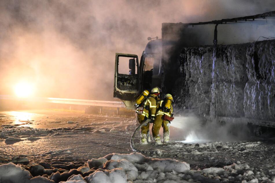 Auch die Ladung des Lasters brannte ab.