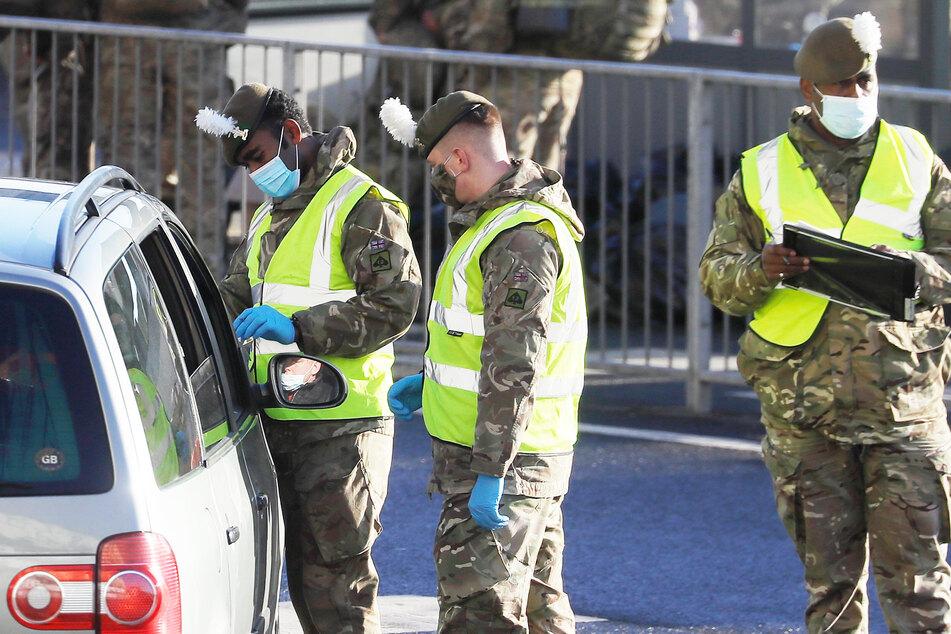 Soldaten kontrollieren einen Autofahrer im Hafen von Dover.
