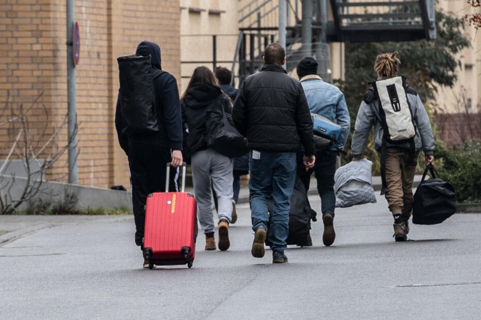 Mitglieder einer Schülerreisegruppe verlassen in Begleitung das Gelände des Ernst-Bergmann-Klinikums in Potsdam. Dort wurden 90 Kinder und Jugendliche einer Schülerreisegruppe nach ihrer Ankunft in Potsdam (Brandenburg) auf das neuartige Coronavirus getes