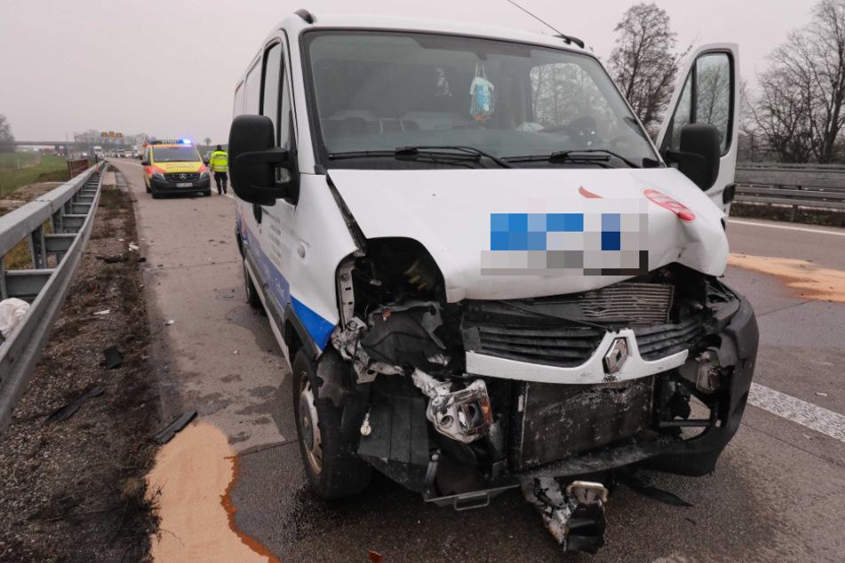 Der weiße Renault-Transporter ist sichtlich gezeichnet.