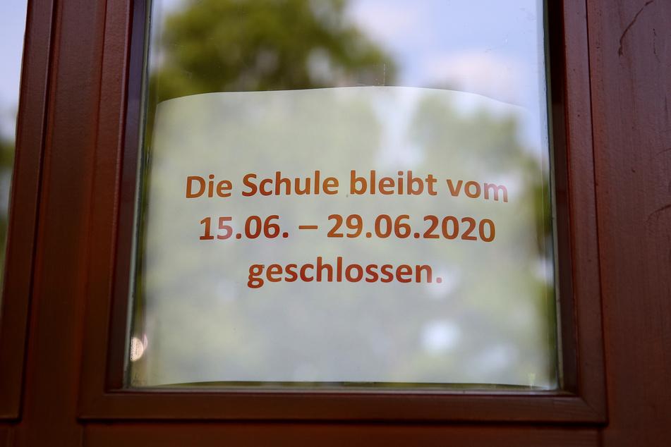 Ein Hinweisschild hängt in einer Schule in Magdeburg.