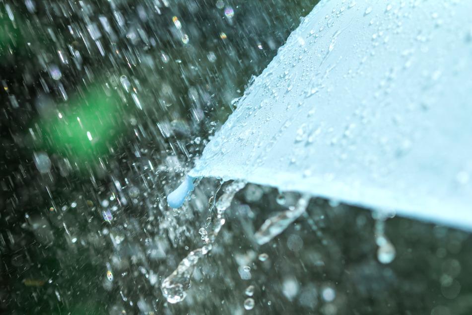 In NRW bleibt es vorerst kühl, windig und regnerisch. (Symbolbild)