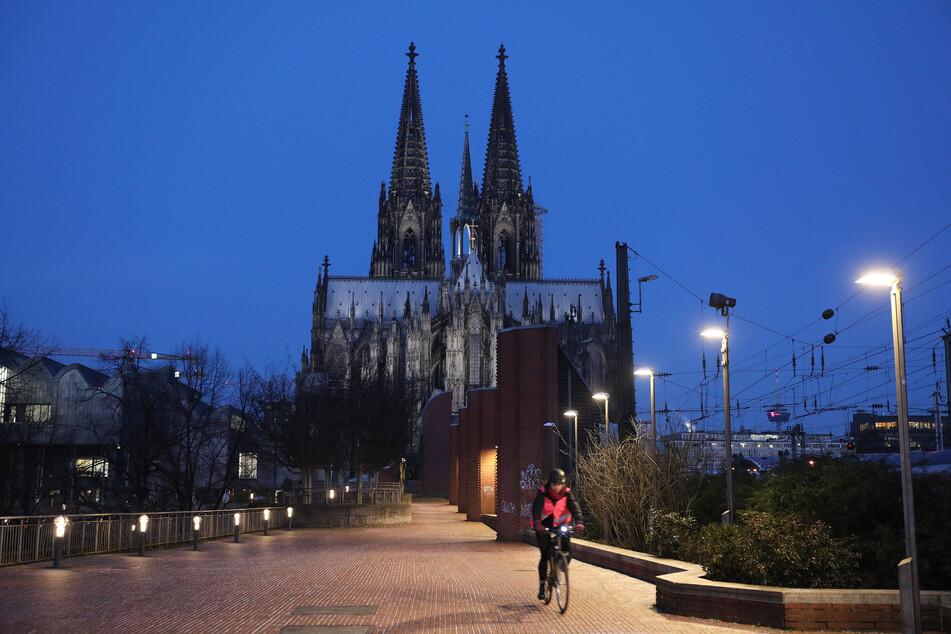 """Am Kölner Dom gehen am heutigen Samstagabend alle Lichter aus. Damit wird die weltweite Aktion """"Earth Hour"""" unterstützt."""