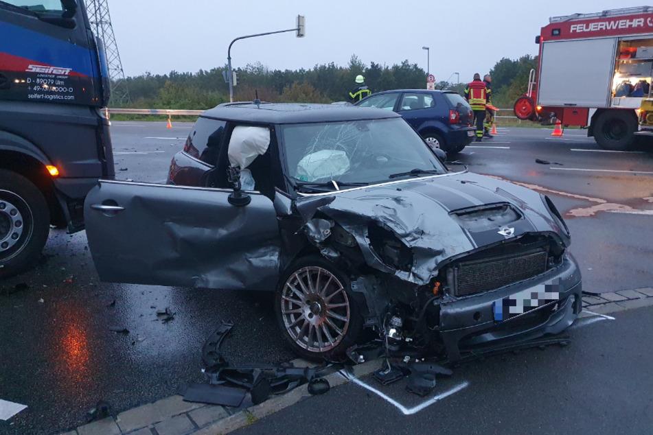 An dem Unfall waren unter anderem ein Mini Cooper und ein Lastwagen beteiligt.