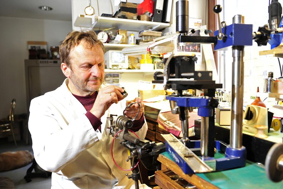 Jens Grundmann (57) fertigt die Goldfassung für seine Uhr mit Mars-Steinen an einer Drehmaschine.