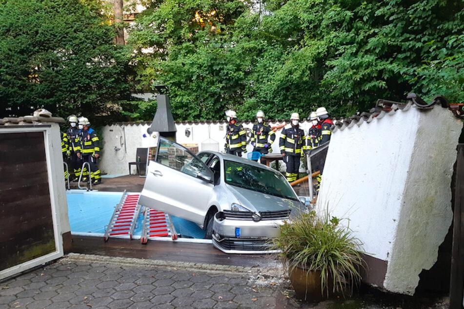 Das Auto fuhr rückwärts durch eine Mauer mit Tor und landete im abgedeckten Pool.