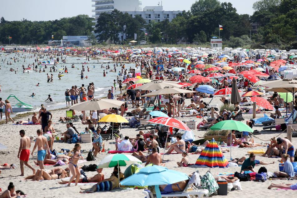 Badegäste brutzeln am Timmendorfer Strand an der Ostsee in der Sonne. In den kommenden Tagen dreht der Sommer richtig auf. (Archivbild)