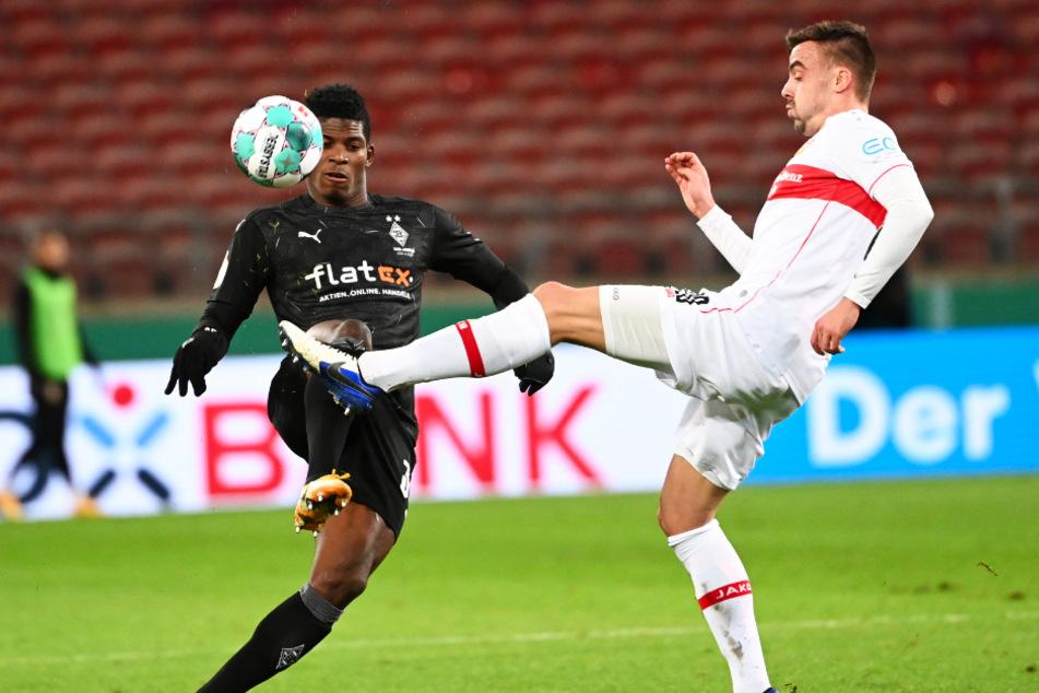 Stuttgarts Philipp Förster (26, r.) in Aktion gegen Breel Embolo (24) von Mönchengladbach.