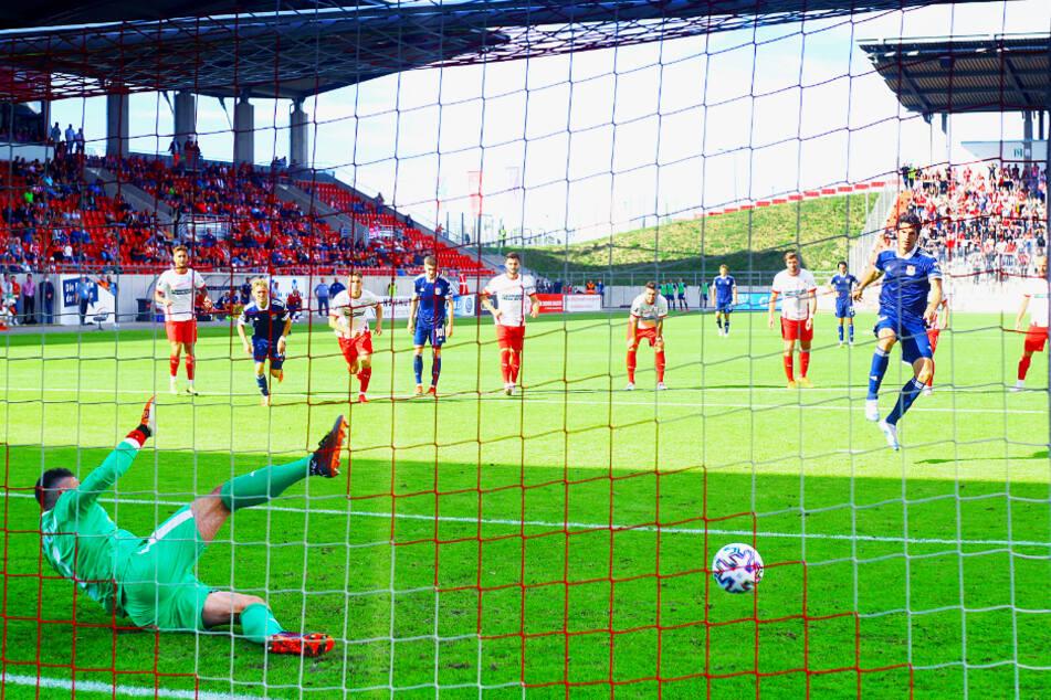 Unterhachings Sturmriese Dominik Stroh-Engel überwindet FSV-Keeper Johannes Brinkies und trifft zum zwischenzeitlichen 1:1.
