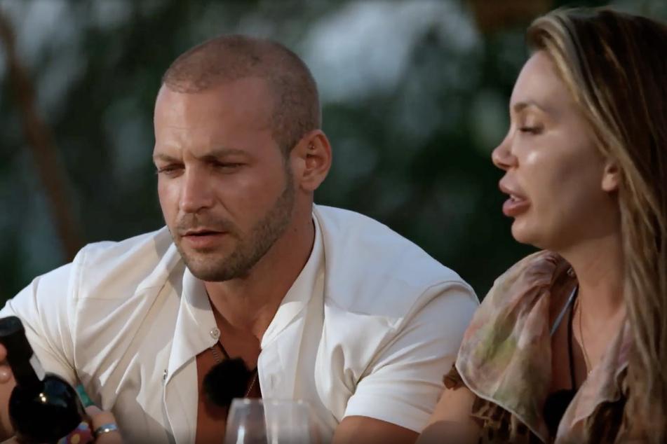Chris und Tara (28) genehmigen sich auf ihrem ersten Einzeldate einen Rotwein und lernen sich näher kennen.