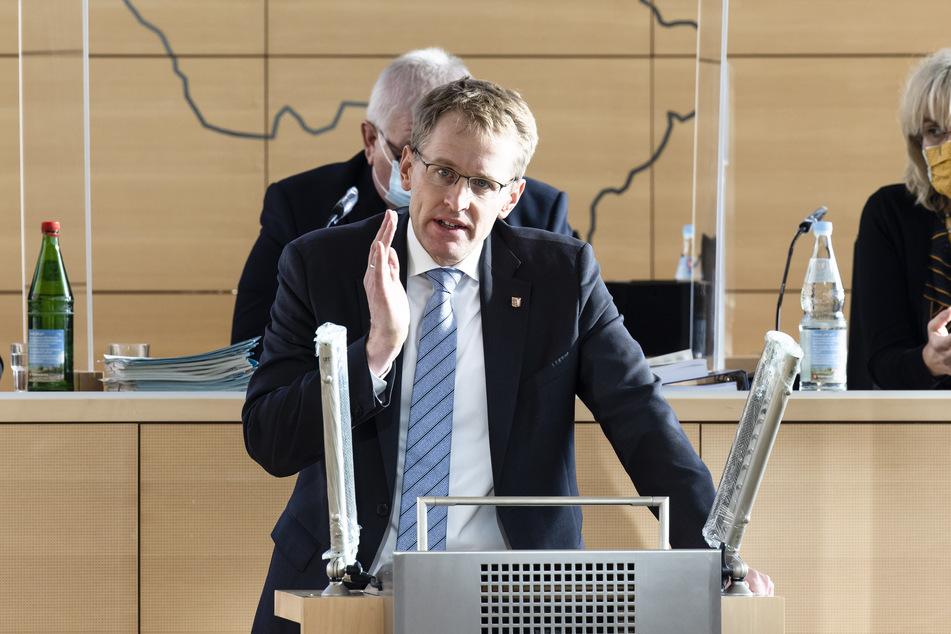 Daniel Günther (CDU), Ministerpräsident von Schleswig-Holstein, spricht im Landtag.