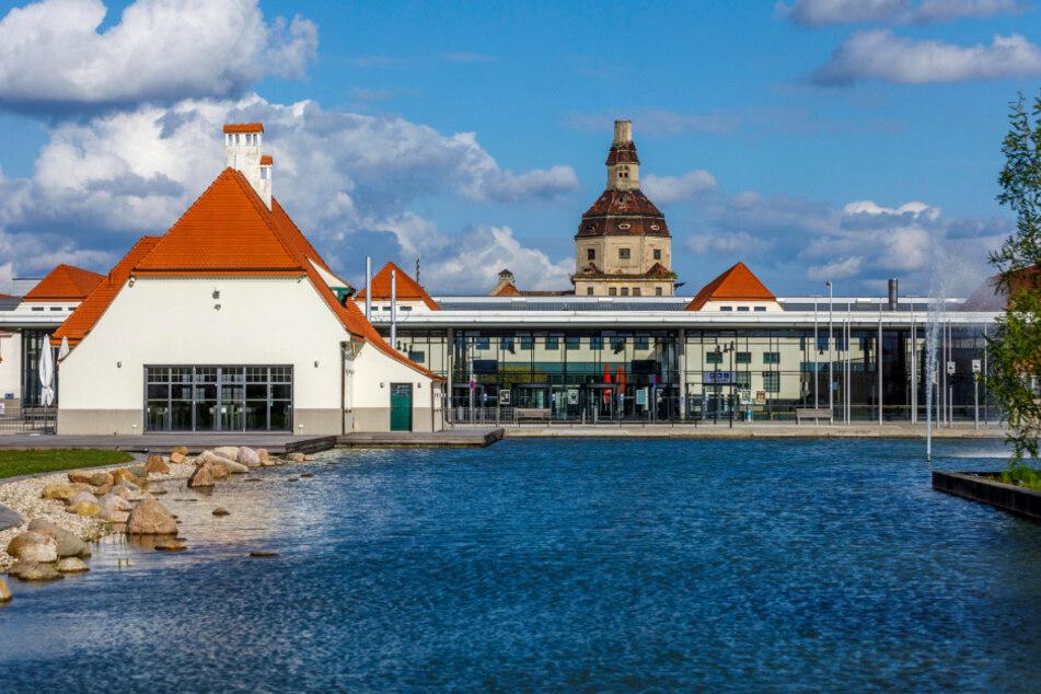 Still ruht der See vor der Dresdner Messe. Im Moment beherbergen die Hallen das Impfzentrum Dresden.
