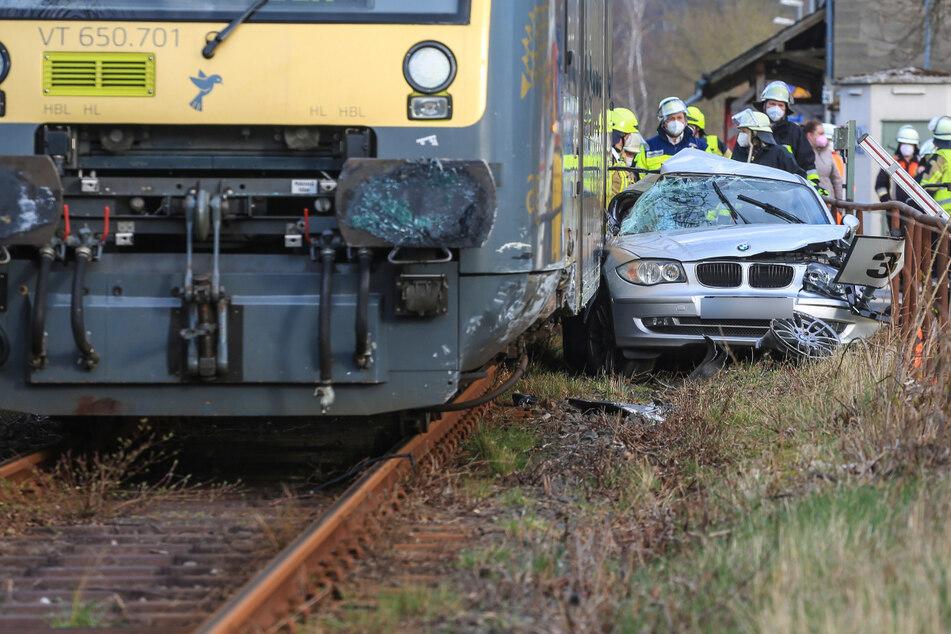 Schweres Unglück an Bahnübergang: BMW von Zug erfasst!