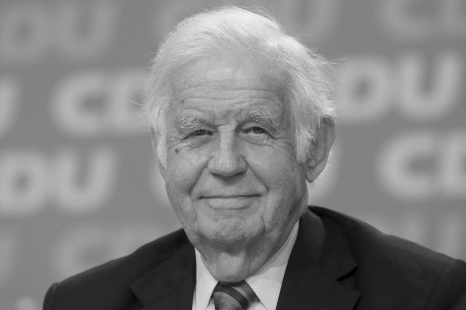 Der frühere sächsische Ministerpräsident Kurt Biedenkopf ist am 12. August im Alter von 91 Jahren im Kreis seiner Familie friedlich eingeschlafen.