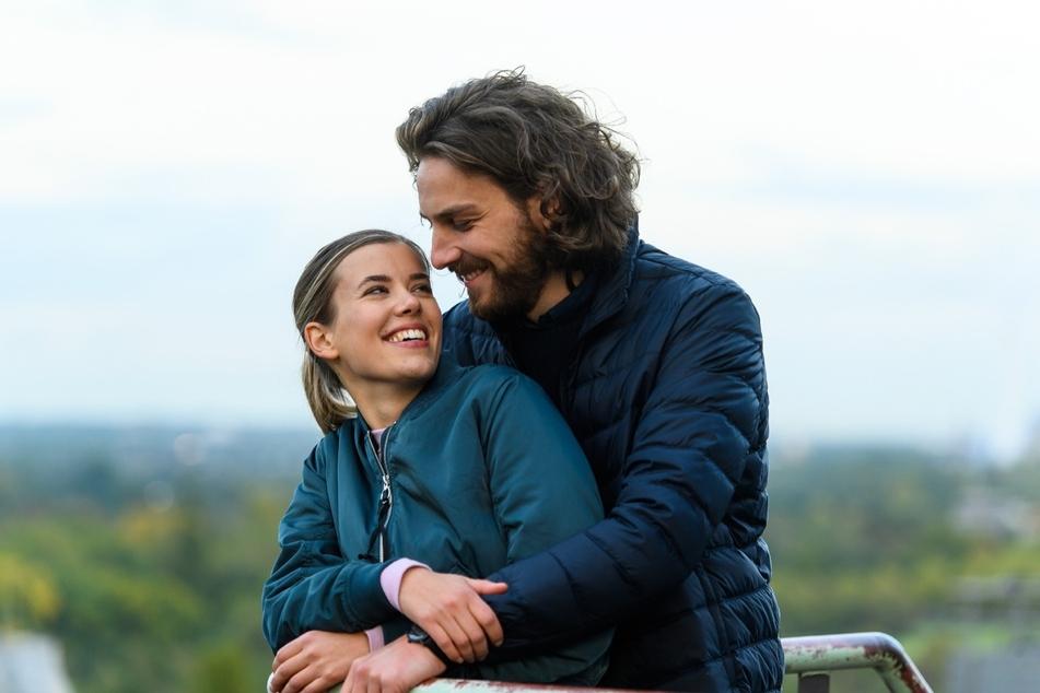 """Die Beziehung zwischen Josefin (Sina Zadra, 31) und Alexander (Frederik Götz, 32) ist der Inbegriff von """"Verbotener Liebe"""", denn die beiden sind in der Serie Zwillinge."""