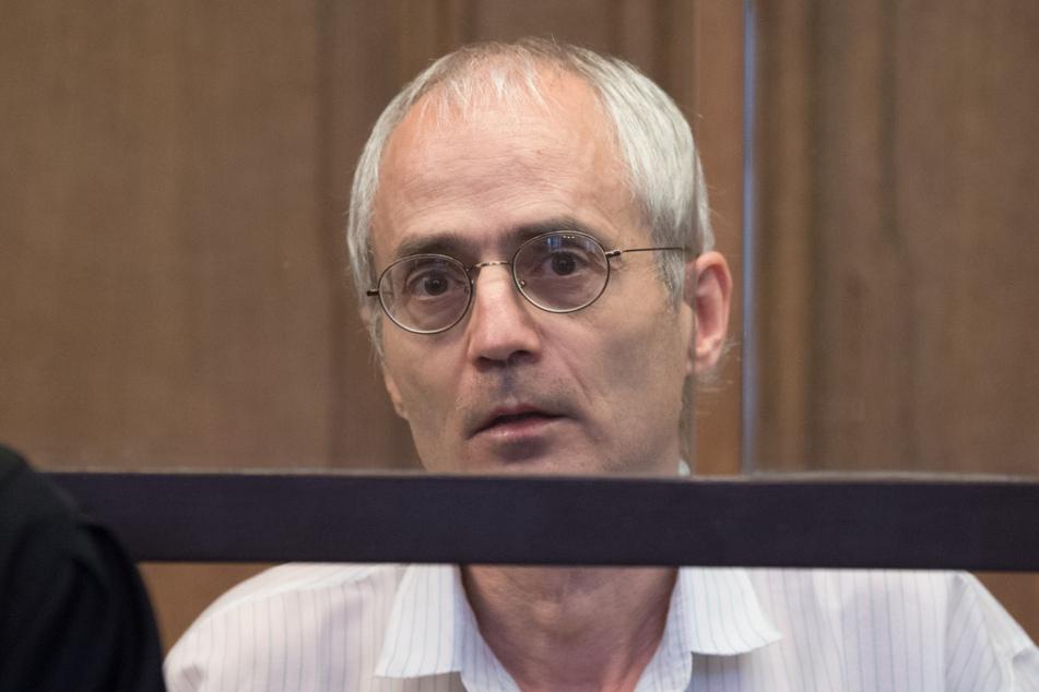 Der Angeklagte Gregor S. sitzt bei der Fortsetzung des Prozesses um die tödliche Messerattacke gegen den Berliner Chefarzt Fritz von Weizsäcker.