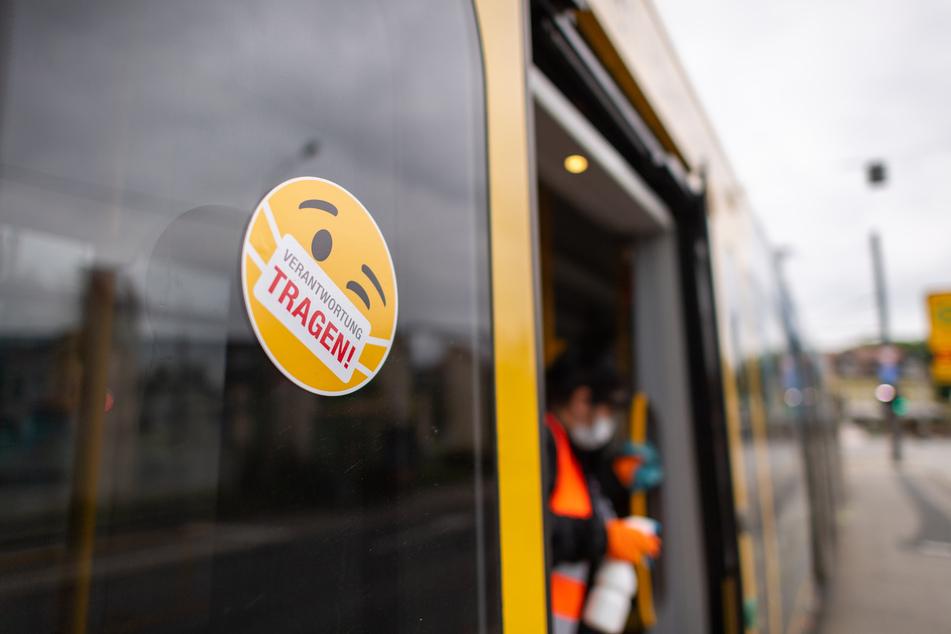 Im Kampf gegen die Corona-Pandemie gilt eine Maskenpflicht in Bus und Bahn. Jeden Tag haben sie Kontakt zu Hunderten Fahrgästen - doch das Infektionsrisiko für Beschäftigte im öffentlichen Nahverkehr erscheint gering, hat der Branchenverband VDV in einer Umfrage ermittelt.