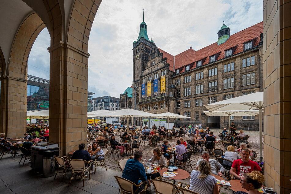 Voller Neumarkt: Die Biergärten gegenüber des Rathauses waren bereits am Samstagnachmittag nahezu ausgebucht.