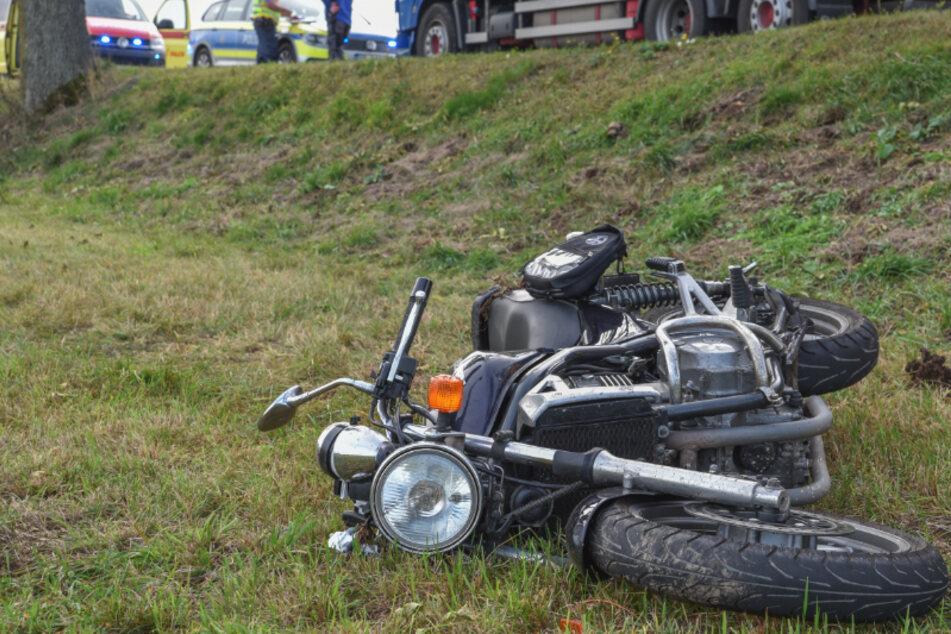 Erzgebirge: Biker will auf Landstraße überholen, dann stürzt er